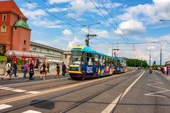 VARSOVIA, POLONIA - JUNIO DE 2012: Viaje en tranvía con el euro 2012 Foto de archivo libre de regalías