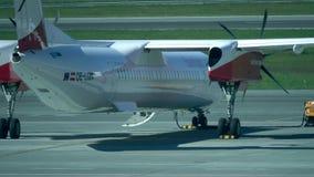 VARSOVIA, POLONIA - MAYO, 18, 2017 Avión de propulsor parqueado del bombardero de Austrian Airlines en el aeropuerto de Chopin ví almacen de metraje de vídeo