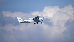 VARSOVIA, POLONIA - MAYO, 13, 2017 El teleobjetivo tiró del vuelo del aeroplano del propulsor de SP-KLP Cessna 172S Skyhawk en el foto de archivo libre de regalías