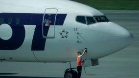VARSOVIA, POLONIA - MAYO, 18, 2017 SORTEE el avión de pasajeros de Boeing 737 que es mantenido en el aeropuerto Tiro del teleobje Fotografía de archivo libre de regalías