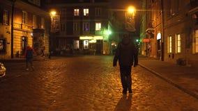 VARSOVIA, POLONIA - NOVIEMBRE, 28, 2016 Calle vieja acogedora de la ciudad en la noche Vídeo europeo del steadicam de la ciudad 4 metrajes