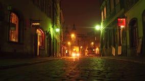 VARSOVIA, POLONIA - NOVIEMBRE, 28, 2016 Calle vieja pavimentada guijarro de la ciudad en la noche Ciudad europea Imagen de archivo libre de regalías