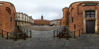 Varsovia, Polonia - panorama esférico 2018 3D con ángulo de visión de 360 grados de la ciudad vieja Aliste para la realidad virtu foto de archivo libre de regalías