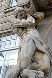 Varsovia, Polonia Una escultura del gigante en una fachada del edificio Avenida de Uyazdovskaya, 24 Foto de archivo libre de regalías