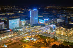 Varsovie, Pologne - 27 août 2016 : Vue panoramique aérienne au centre ville de la capitale polonaise par nuit, du palais supérieu Photo stock