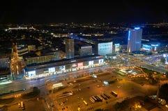 Varsovie, Pologne - 27 août 2016 : Vue panoramique aérienne au centre ville de la capitale polonaise par nuit, du palais supérieu Photographie stock