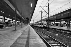 Varsovie, Pologne - 9 avril 2016 : Gare ferroviaire de Varsovie Stadion, située dans le secteur de Praga Poludnie photos libres de droits