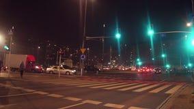 VARSOVIE, POLOGNE - DÉCEMBRE, 22, 2016 Feux de signalisation verts au-dessus d'intersection urbaine la nuit Images stock