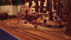 VARSOVIE, POLOGNE - DÉCEMBRE, 18, 2016 Jouez le chemin de fer et le train de chocolat comme décoration de Chistmas vidéo 4K clips vidéos