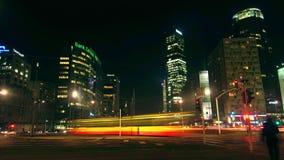 VARSOVIE, POLOGNE - DÉCEMBRE, 22, 2016 Le trafic de soirée à l'interection urbain occupé Photographie stock