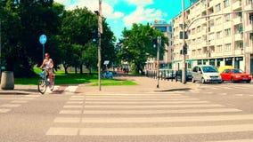 VARSOVIE, POLOGNE - 11 JUILLET 2017 Jeune femme faisant un cycle le long du passage piéton de rue de ville Photo libre de droits