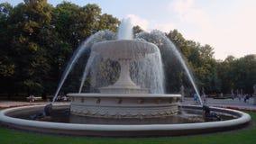 Varsovie, Pologne - 22 juillet 2017 : vue de fontaine chez le jardin ou l'Ogrod Saski, Varsovie de Saxon clips vidéos