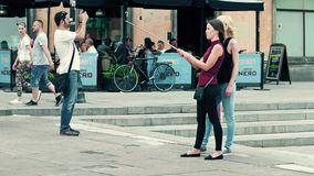VARSOVIE, POLOGNE - 10 JUIN 2017 Les jeunes femmes font des selfies dans un endroit de touristes, vieille ville Photos libres de droits