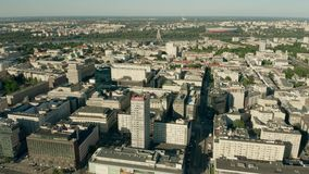VARSOVIE, POLOGNE - 5 JUIN 2019 Tir aérien du centre de la ville vers le fleuve Vistule banque de vidéos