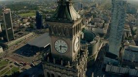 VARSOVIE, POLOGNE - 5 JUIN 2019 Vue aérienne de l'horloge sur le palais célèbre de la culture et de la Science au centre de la vi banque de vidéos