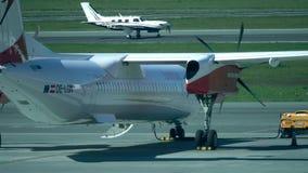 VARSOVIE, POLOGNE - MAI, 18, 2017 Avion de propulseur garé de bombardier d'Austrian Airlines à l'aéroport Chopin Photographie stock libre de droits