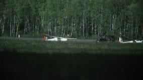 VARSOVIE, POLOGNE - MAI, 13, 2017 Le téléobjectif a tiré d'un atterrissage de planeur au delà de brume de la chaleur de piste agr clips vidéos