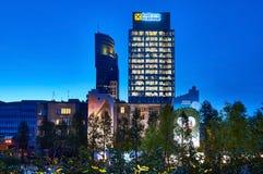 Varsovie, Pologne - 25 mai 2016 : Rue de Grzybowska 78, centre d'entreprise de perfection d'immeuble de bureaux, bureaux de Raiff Photos libres de droits