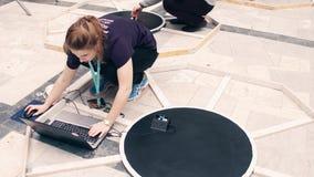VARSOVIE, POLOGNE - MARS, 4, 2017 Jeune participant féminin de la concurrence de robotique ajustant son robot de DIY tir 4k clips vidéos