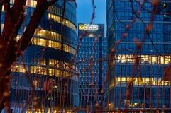 Varsovie, Pologne - 28 mars 2016 : Rue de Grzybowska 78, centre d'entreprise de perfection d'immeuble de bureaux, Raiffeisen Polb Photographie stock libre de droits