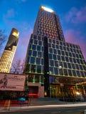 Varsovie, Pologne - 28 mars 2016 : Rue de Grzybowska 78, centre d'entreprise de perfection d'immeuble de bureaux, Raiffeisen Polb Photos stock