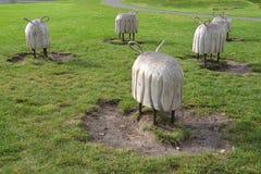 Varsovie, Pologne Moutons en bois décoratifs des sculptures o f en parc des ouvreurs Centre de la Science de Copernic photo libre de droits
