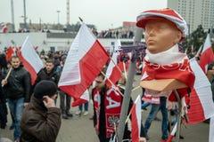 Varsovie, Pologne - 11 novembre 2018 : Les drapeaux nationaux, les écharpes, les chapeaux, les goupilles etc. ont pu être achetés photo libre de droits