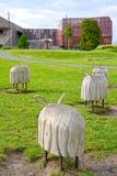 Varsovie, Pologne Sculptures en bois décoratives des moutons en parc des ouvreurs dans la perspective du bâtiment de planétarium photos libres de droits
