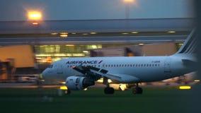 VARSOVIE, POLOGNE - 14 SEPTEMBRE 2017 Atterrissage d'avion commercial d'Air France Airbus A319-111 à l'aéroport Chopin à banque de vidéos
