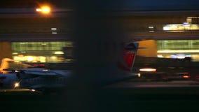 VARSOVIE, POLOGNE - 14 SEPTEMBRE 2017 Atterrissage d'avion commercial d'ATR 72-500 de Czech Airlines l'aéroport Chopin la nuit clips vidéos
