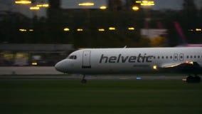 VARSOVIE, POLOGNE - 14 SEPTEMBRE 2017 Atterrissage d'avion commercial de Helvetic Airways du Fokker 100 l'aéroport Chopin la nuit banque de vidéos