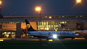 VARSOVIE, POLOGNE - 14 SEPTEMBRE 2017 Avion commercial de Ryanair Boeing 737 roulant au sol à l'aéroport la nuit banque de vidéos