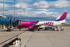 VARSOVIE, POLOGNE - 9 SEPTEMBRE 2017 : avion Wizzair de ligne aérienne de coût bas sur la piste d'atterrissage à l'aéroport inter Photos libres de droits