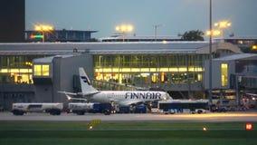 VARSOVIE, POLOGNE - 14 SEPTEMBRE 2017 Embarquement commercial d'avion de Finnair Oyj à l'aéroport international Chopin clips vidéos