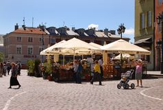 Varsovie, touristes marchant dans la vieille ville Photographie stock libre de droits