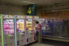 Varuautomat i gångtunnel i Shanghai, Kina royaltyfri fotografi