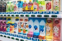 Varuautomat med olika drinkjapanproducenter royaltyfri fotografi