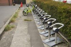 Varuautomatmeter av cykelparkering för folkbruk på Kawag Arkivfoto