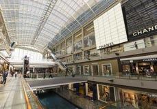 Varuhusköpcentrum och modern byggnad i Singapor Fotografering för Bildbyråer