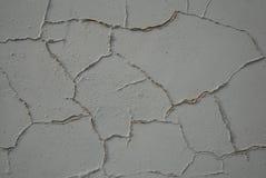 Varvade Gray Wall Åtskilligt spårar av reparation Decoupling av murbruk, mortel, cement Målad gammal vägg royaltyfria foton