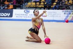 Varvara Filiou presteert met bal Stock Foto's