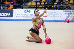 Varvara Filiou se realiza con la bola Fotos de archivo