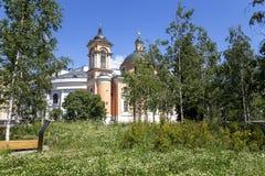 Varvarka gata med domkyrkor och kyrkor - som lokaliseras n?ra r?d fyrkant i Moskva, Ryssland royaltyfria foton