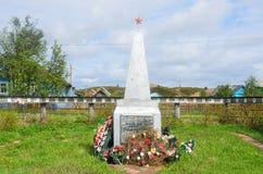 Varzuga, полуостров Kola, Россия, 5-ое июня 2015 Никто, обелиск в памяти о сельчанин которые умерли во время Великой Отечественно стоковое фото