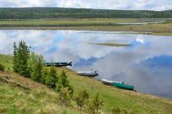 Varzuga, Kola Peninsula, Russland, Juni, 05, 2015 Niemand, Boote auf dem Ufer von Varzuga-Fluss Lizenzfreies Stockbild