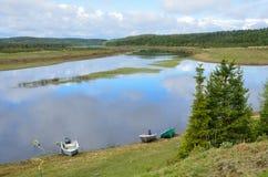 Varzuga, Kola Peninsula, Russland, Juni, 05, 2015 Niemand, Boote auf dem Ufer von Varzuga-Fluss Stockbild