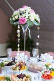 Vas av blommor på brölloptabellen Royaltyfri Fotografi