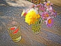 Vas för öljordgubbeblomma royaltyfri bild