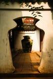 Vas-formad dörröppning - dörr inom en dörr Arkivbild