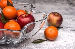 Vas med äpplen och mandariner Royaltyfri Fotografi